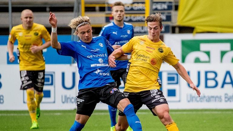 HBK-spelaren Höskuldur Gunnlaugsson i duell i bortamatchen mot Elfsborg.