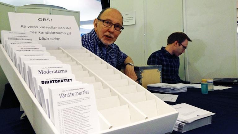 Nu kan du rösta i EU-valet, bland annat i Varberg där Lutz Kremer är valförättare i gallerian. Foto: Sveriges Radio