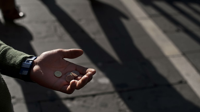 Hand med pengar i. Foto: Alvaro Barrientos/TT.