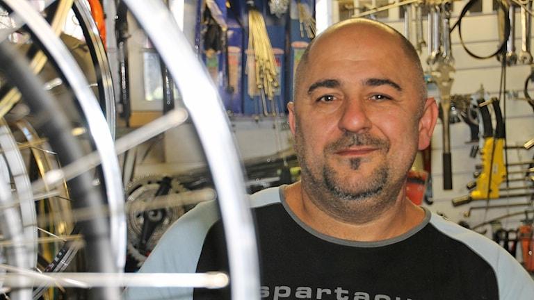 Safah Rimazutti, cykelreparatör i Halmstad och kurd från Irak. Foto: Henrik Martinell/Sveriges Radio.
