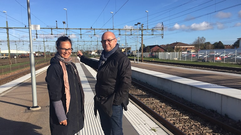 Karin Sjödin, landskapsarkitekt Varbergs kommun och Hans Waldén, projektägare, Jernhusen på perrongen vid Varbergs tågstation med tågspår i förgund och bakgrund.