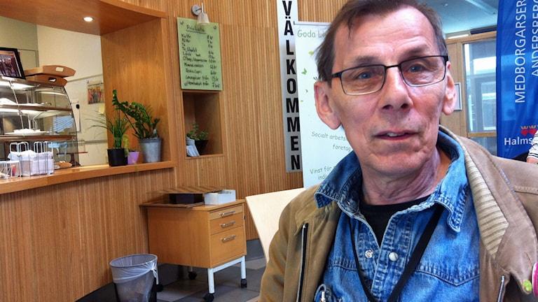 Erki Grönros åker till Andersberg för att uppmuntra till att rösta. Foto: Muhamed Ferhatovic/Sveriges Radio
