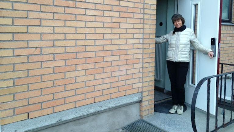 Monica Christensen i Varberg renoverar ett hus som ska bli aktivitets- och samvaroboende om några år. Foto: Sveriges Radio