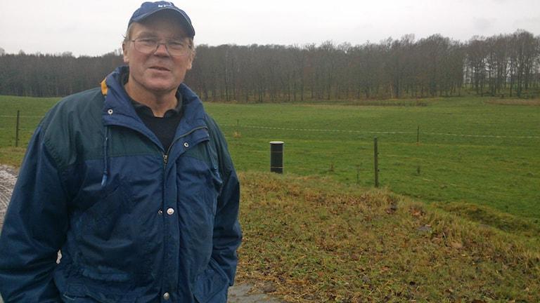 Eko-bonden Lennart Bengtsson tar kritiken med en nypa salt. Foto: Henrik Martinell/Sveriges Radio