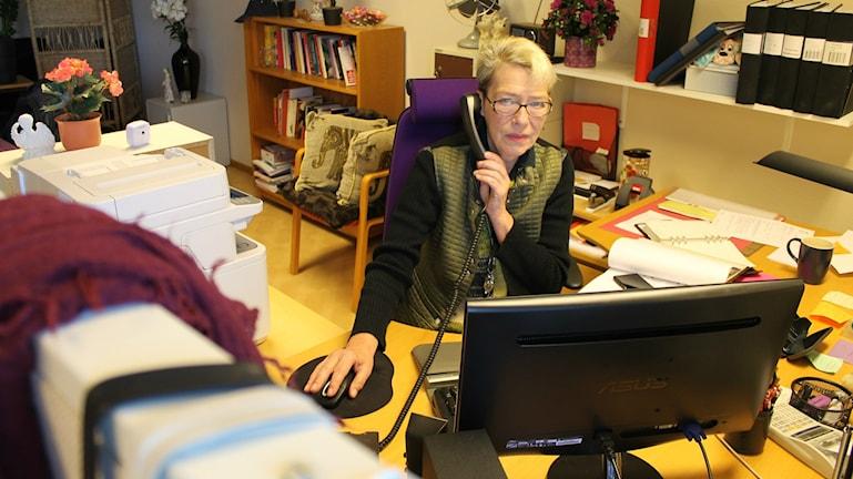 Anita Andersson på Kvinnojouren Frideborg i Varberg tittar in i kameran. Foto: Henrik Martinell / Sveriges Radio