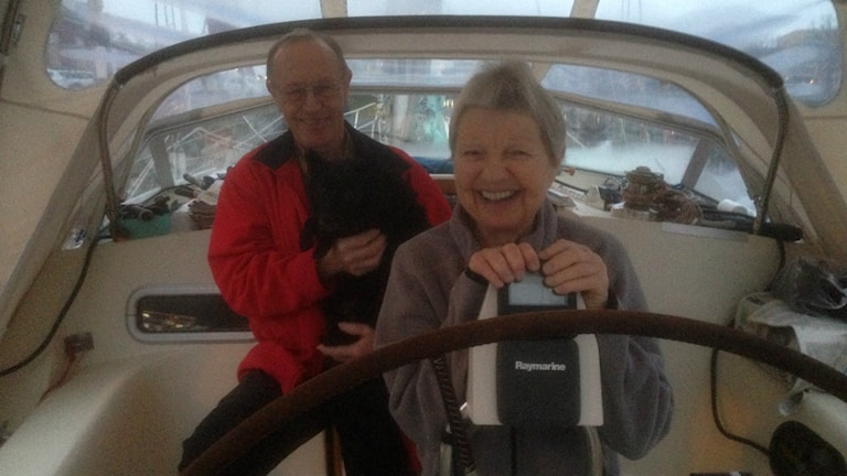 Bo och Monica Wising och skeppshunden Otto trivs  i sin båt. Foto: Andreas Svensson/Sveriges radio