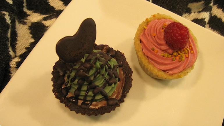 Choklad/Mint cupcake och Bärcupcake. Foto: Ann Jornéus/Sveriges Radio