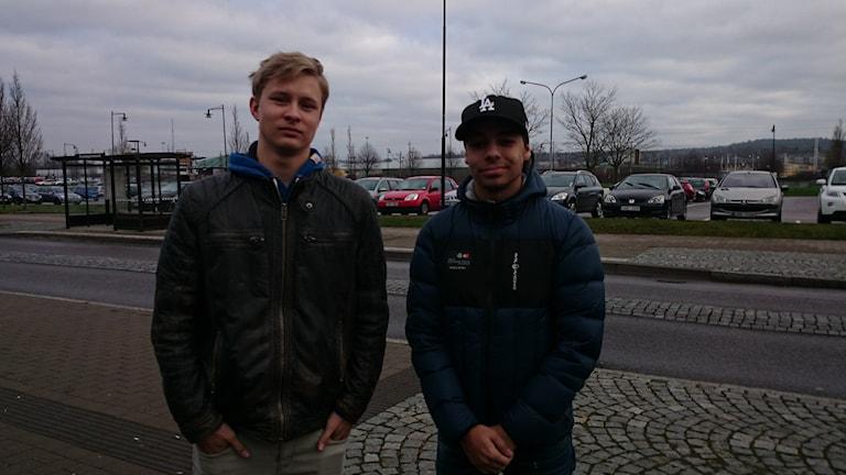 Emil Arvidsson och Jonathan Elfström tycker att det är värdelöst att fler röker på. Foto: Jonna Burén / Sveriges Radio