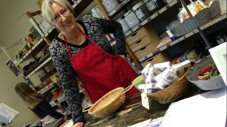 Karin Frankel jobbar ideellt med att bland annat sälja ekologisk julskinka på Tuvan Ekolivs i Kungsbacka. Foto: Sveriges Radio