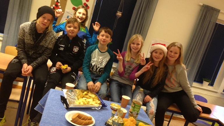 Delar av Haverdals byskola 5B firar sin medverkan i Vi i femman. Foto: Per Qvarnström/Sveriges Radio