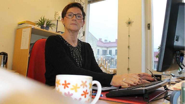 Marie Nilsson är socialrådgivare på Socialförvaltningen i Halmstad och är gruppledare på Novas barngruppsverksamhet. Foto: Henrik Martinell / Sveriges Radio
