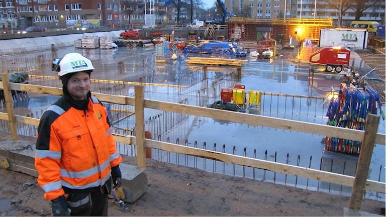 Johan Bergendorff är produktionsledare på byggföretaget MTA. För tillfället byggs hyreshus på den gamla sporthallstomten i Halmstad. Där har man stormsäkrat bland annat cellplasten. Foto: Henrik Martinell / Sveriges Radio