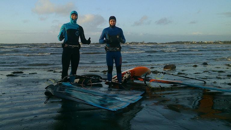 Vintersurfarna Markus Rydberg och Gustav Häggström i Läjesviken utanför Varberg. Foto: Henrik Martinell / Sveriges Radio