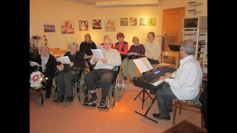 Kören Glada Vänner sjunger sig friskare. Foto: Sveriges Radio