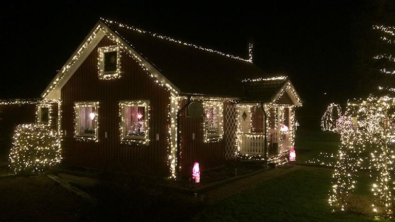 Kjell Runemyr har prytt sitt hus med 80 000 lampor. Foto: Jennifer Erlandsson