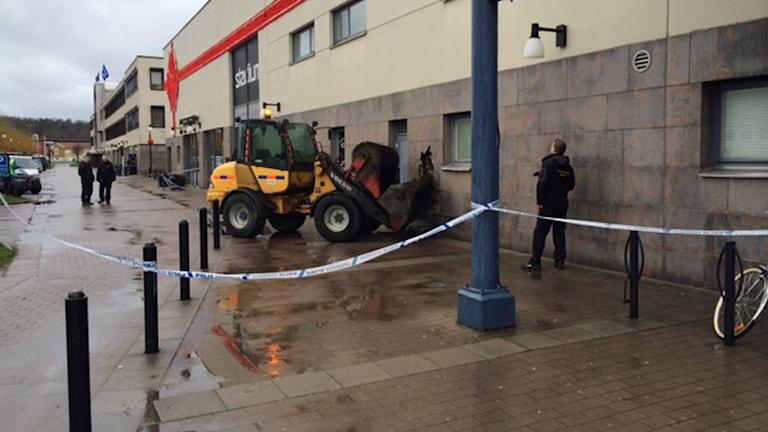 Här försökte de maskerade männen ta sig in på Forex med en hjullastare. Foto: Magnus Hagström/Sveriges Radio