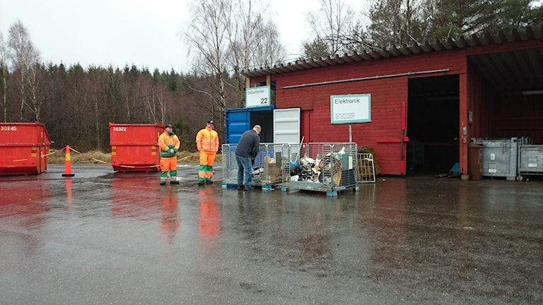 Anders Andersson som återvinner en TV tycker att det är beklämmande att man hotar återvinningspersonal. Foto: Jonna Burén / Sveriges Radio