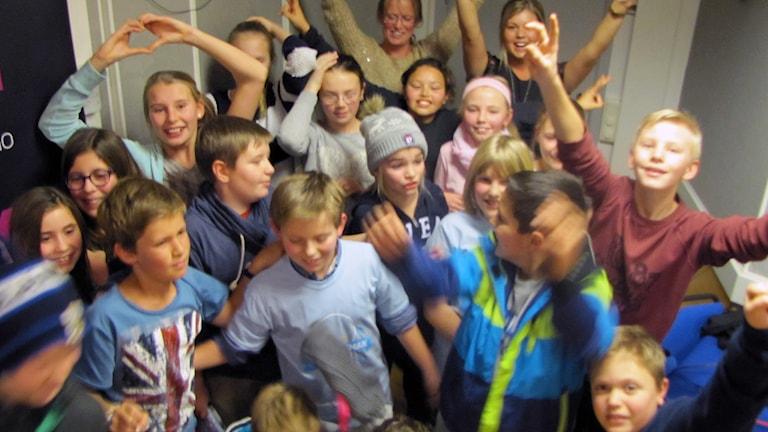 Glädjeyra när Fjordskolan kammade hem första kvarten. Foto: Sveriges Radio