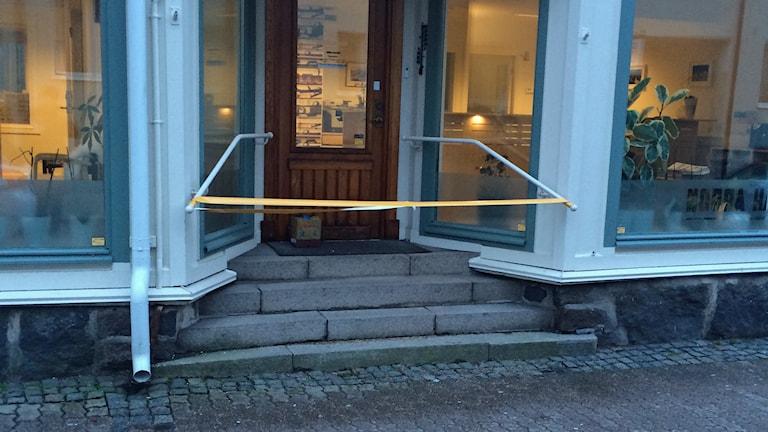 Ett misstänkt föremål hittades på morgonen utanför Norra Hallands redaktion. Foto: Ann Kristin Ekman/Norra Halland