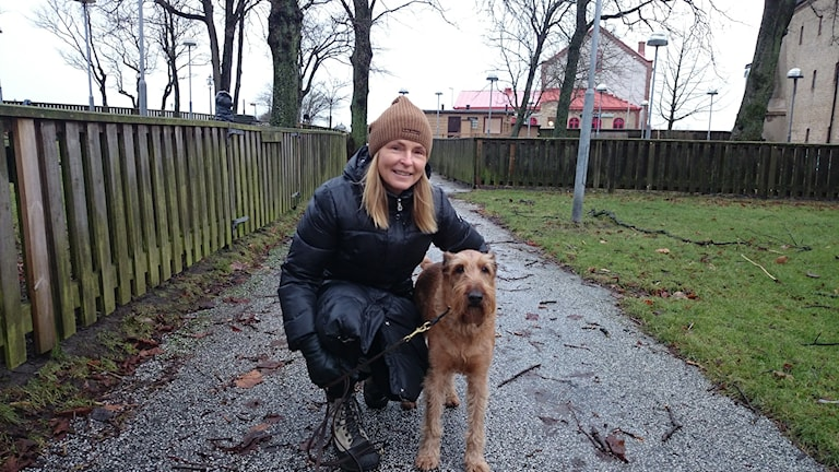 Monica Kjellén och den irländska terriern Frasse är på promenad. Foto: Jonna Burén / Sveriges Radio