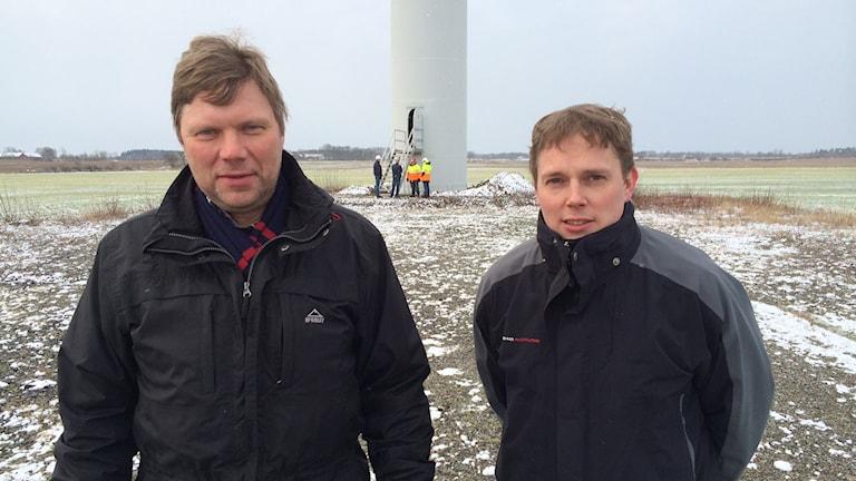 Fr v ordf Anders Wallin och Johan Bengtsson vid lutande verket i Sotared. Foto: Magnus Hagström/Sveriges Radio