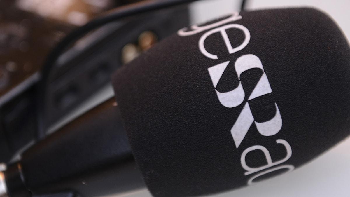 Programbild P4, mikrofon med Sveriges Radios logga.