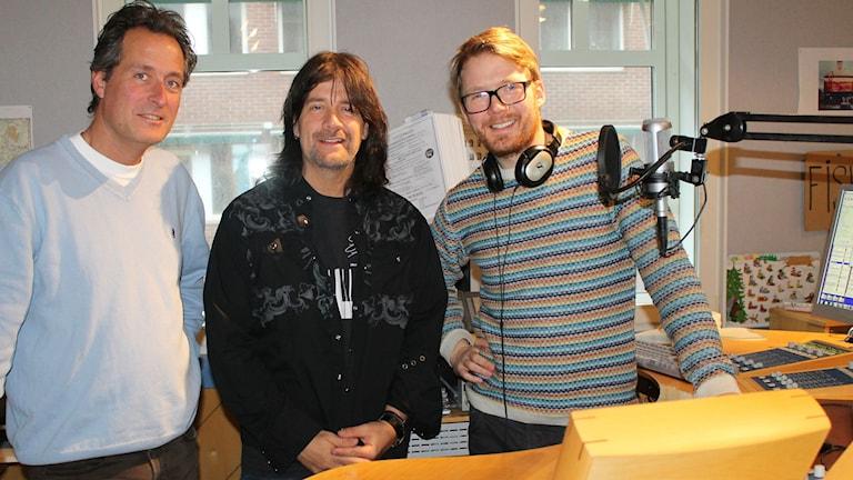 Robert Wells flankerad av programledarna Peter Bengtsson. Foto: Sveriges Radio.