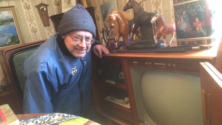 Gunnar Johansson samlar på gamla tv-apparater och hästsaker. Foto: Jennifer Erlandsson, SR Halland.