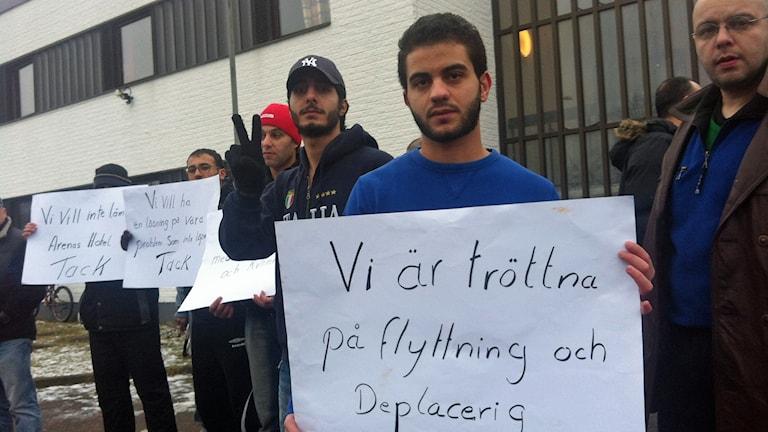 Asylsökande protesterar mot flytt från Halmstad. Foto: Muhamed Ferhatovic/Sveriges Radio