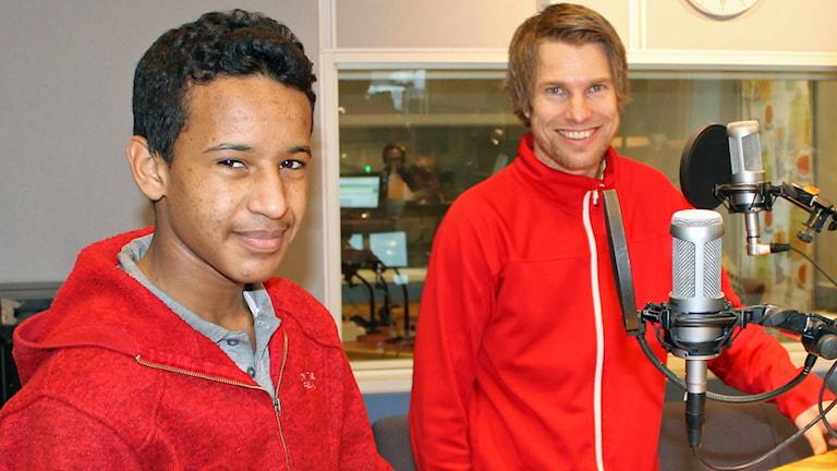 Aimen Mahmoud tillsammans med läraren Björn Laid. Foto: Sveriges Radio