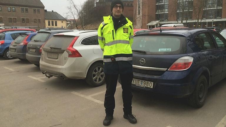 Benjamin Olsson är parkeringsvakt i Halmstad. Foto: Jennifer Erlandsson SR Halland