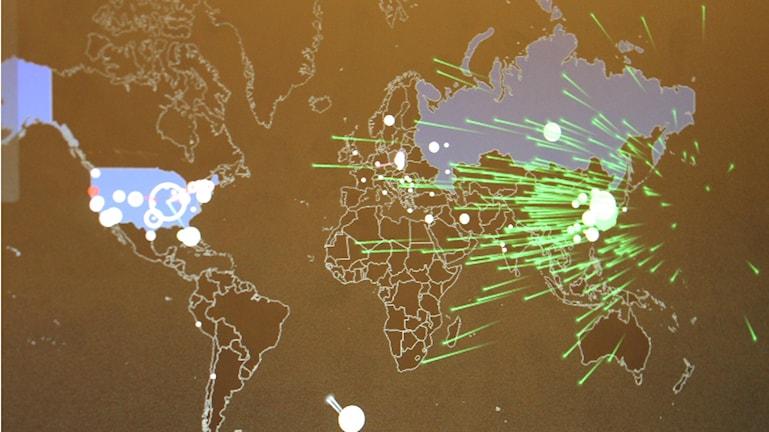 Med datorprogrammet Norse kan man se de ddos-attacker som pågår över hela världen. Foto: Henrik Martinell / Sveriges Radio