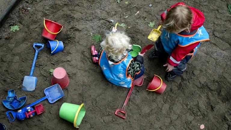 Sandlådan är kul att leka i. Foto: Fredrik Sandberg/Scanpix