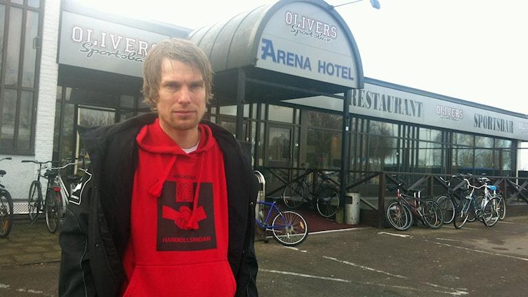 Björn Laid utanför asylboendet på Vallås. Foto: Muhamed Ferhatovic/Sveriges Radio