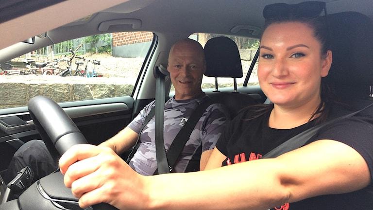 Körkortseleven Miriam Nilsson sitter i en bil tillsammans med körskoleläraren Roman Slawik.