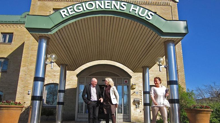 Ekonomidirektör William Hedman och regiondirektör Catarina Dahlöf räknar med bättre ordning inom Regionens väggar. foto: Göran Frost/P4 Halland