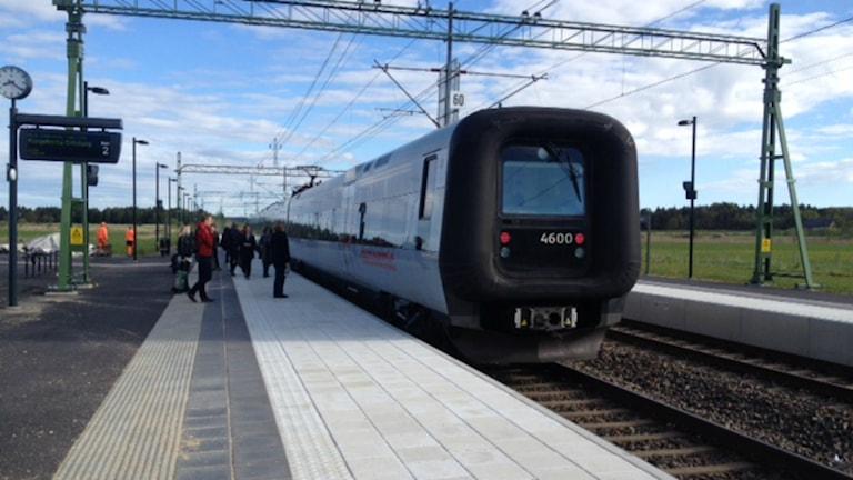 Tåget backar tillbaka för att hämta upp väntande resenerärer i Åsa efter att ha missat att stanna vid stationen. Foto: Samira Othman /Sveriges radio