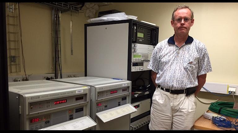 Ulf Kylenfall visar atomuren på Onsala rymdobservatorium