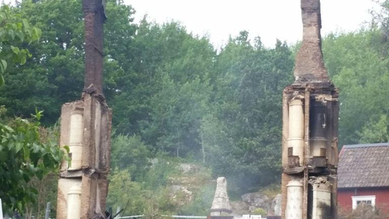 Bara skorstensstockarna står kvar av den gamla trävillan. Foto: Carlaxel Erlandsson /Privat