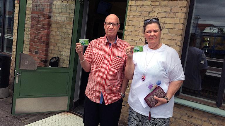 Jan och Eivor Svernfors är nöjda med gränsen för seniorkortet sänkts till 70 plus. Foto: Mattias Bolin/Sveriges Radio.