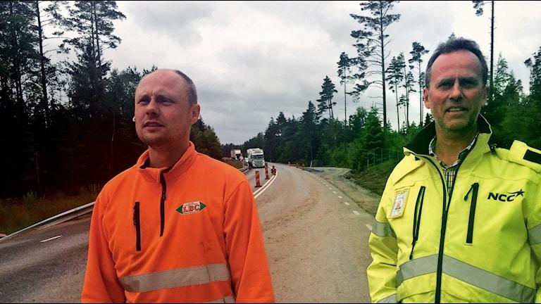 Sandy Lind och Lars Henningsson på sin arbetsplats på väg 26 i Hylte kommun. Foto: Anneli Enqvist / Sveriges Radio