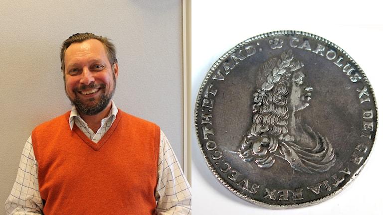 Martin Laurell på Hallands Auktionsverk och det sällsynta myntet. Foto: Sveriges Radio/Hallands Auktionsverk