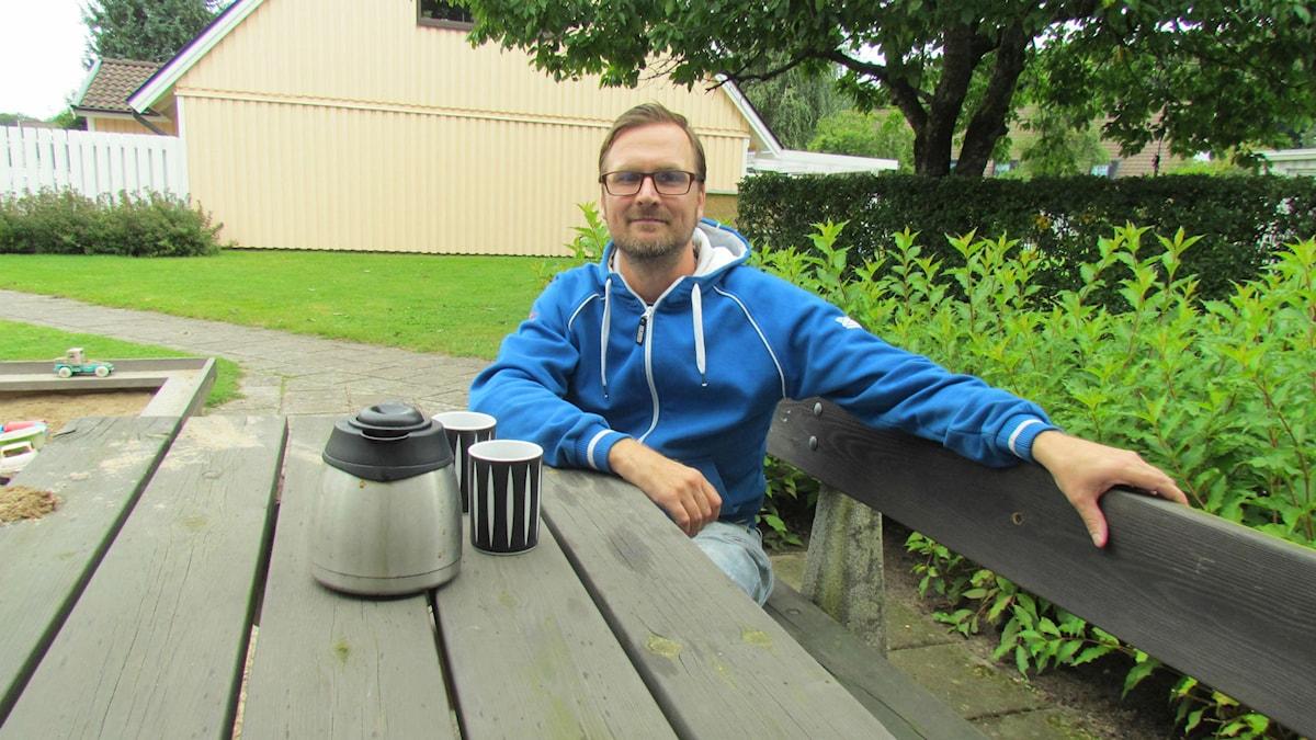 Martin Nilsson säger att han lever mer i nuet och att han fått större fokus på familj och vänner sedan han slutade använda sociala medier och mobil. Inget stör heller längre samtalen vid fikapauserna. Foto: Elin Logara