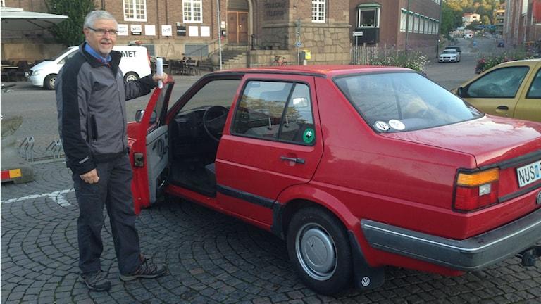 Gunnar Stenbäck auktionerar ut sin bil. Pengarna går till Radiohjälpen. Foto: Andreas Svensson/Sveriges radio