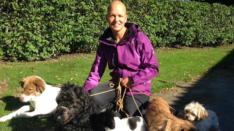 Anna Miocic som lider av sjukdomen EDS hämtar styrka genom att umgås med sina sex hundar. Foto: Therése Alhult/Sveriges Radio