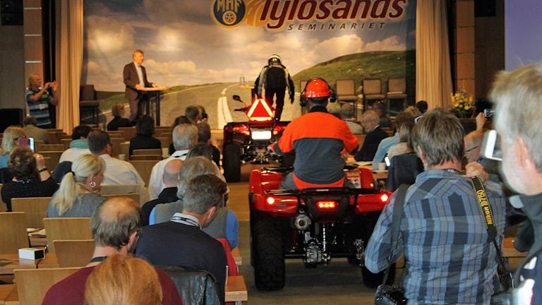 Förslaget presenterades genom att Transportstyrelsen och föreningen Säker skog körde in i föreläsningssalen på en fyrhjuling. Foto: Henrik Martinell/Sveriges Radio