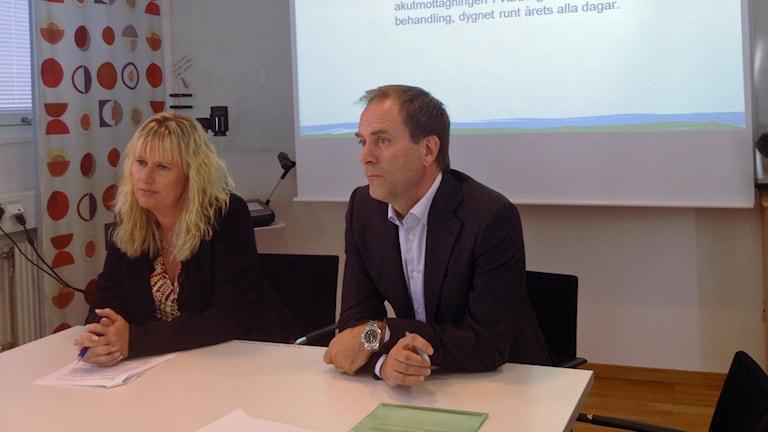 Mikaela Waltersson ordförande driftnämnden Region Halland och Martin Engström chef Hallands sjukhus. Foto: Muhamed Ferhatovic/Sveriges Radio.