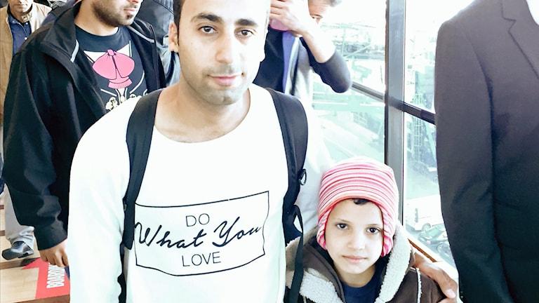 Tarek Al Hussayan och hans lille kusin. Foto: Jens Möller/Sveriges Radio.