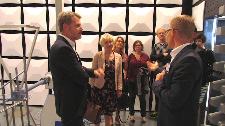 Minister Helene Hellmark Knutsson (andra från vänster) i samspråk med representanter för högskola och näringsliv. Foto: Elin Logara