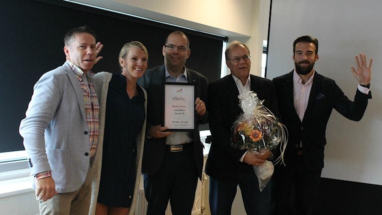 Mikael Kulanko (till vänster) tillsammans med representanter från Halmstad kommun, som blev årets raket på rankingen. Foto: Estrid Wagersten / Sveriges